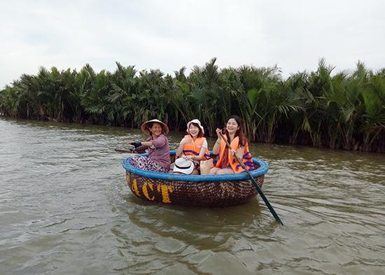 Khách Hàn Quốc gia tăng tại rừng dừa nước Cẩm Thanh.