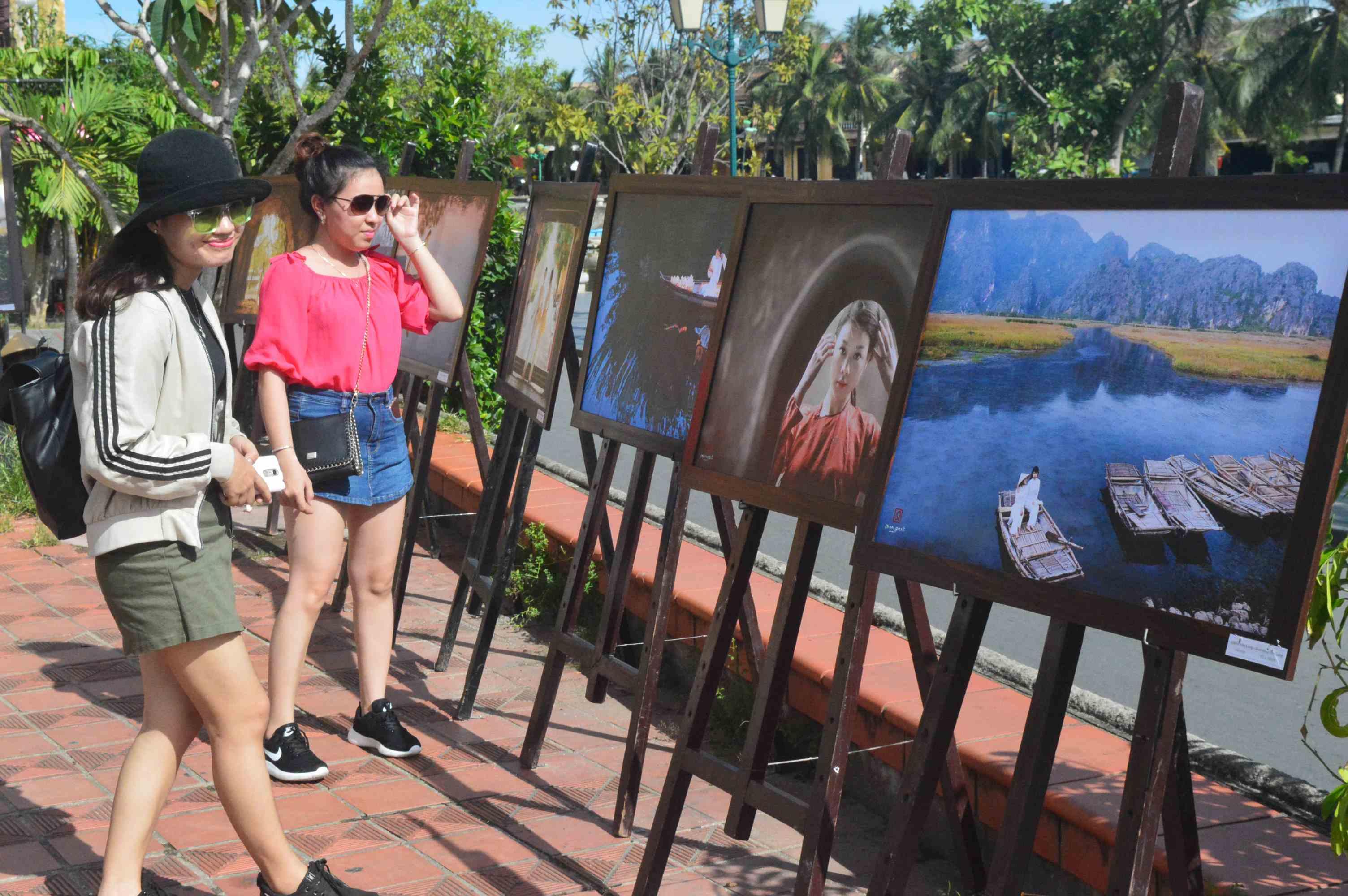 Thưởng lãm tranh trong triển lãm