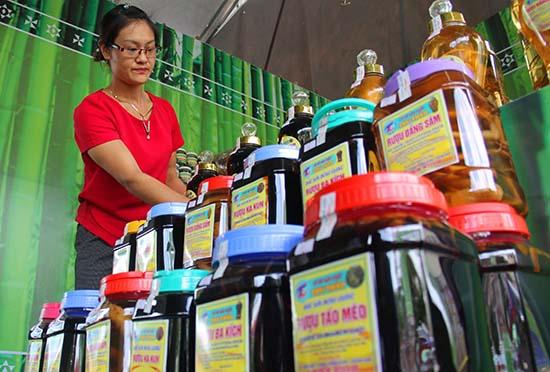 Chị Thảo bên gian hàng trưng bày tại hội chợ triển lãm ngày hội cây nêu được tổ chức tại Tây Giang vào tháng 6.2017. Ảnh: ALĂNG NGƯỚC