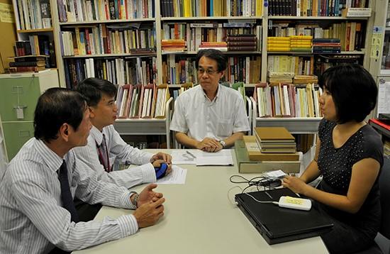 """Prof.Dr. Kikuchi Seichi (middle) talks with the delegation of the film """"Vietnam's seas and islands, a long-standing origin"""" about Japan-Vietnam trade relationship during 12th and 13th centuries at Showa Women's University."""
