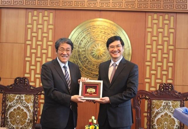 Mr. Kunio Umeda (left) and Mr. Nguyen Ngoc Quang