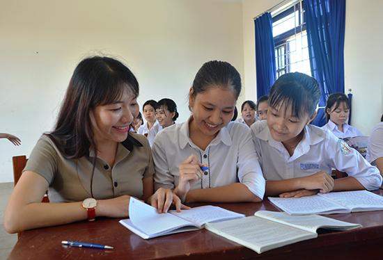 Hạ Vy (giữa) và Thảo Vy cùng cô giáo chủ nhiệm trong một tiết bồi dưỡng học sinh giỏi Văn. Ảnh: XUÂN THỌ