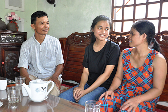 Trương Thị Hồng Nhị với bố mẹ.  Ảnh: VINH ANH