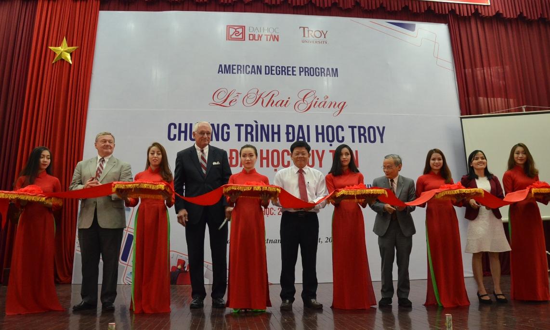 Lãnh đạo TP Đà Nẵng cùng ĐH Duy Tân và ĐH Troy cắt băng khai trương khai giảng Chương trình tại Hội trường Duy Tân sáng 19.8. 2017