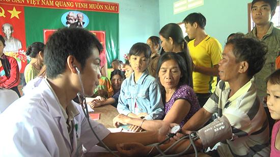 Các y bác sĩ Trung tâm Y tế huyện Phước Sơn tiến hành khám bệnh, lập hồ sơ quản lý sức khỏe điện tử cho người dân. Ảnh: N.DƯƠNG