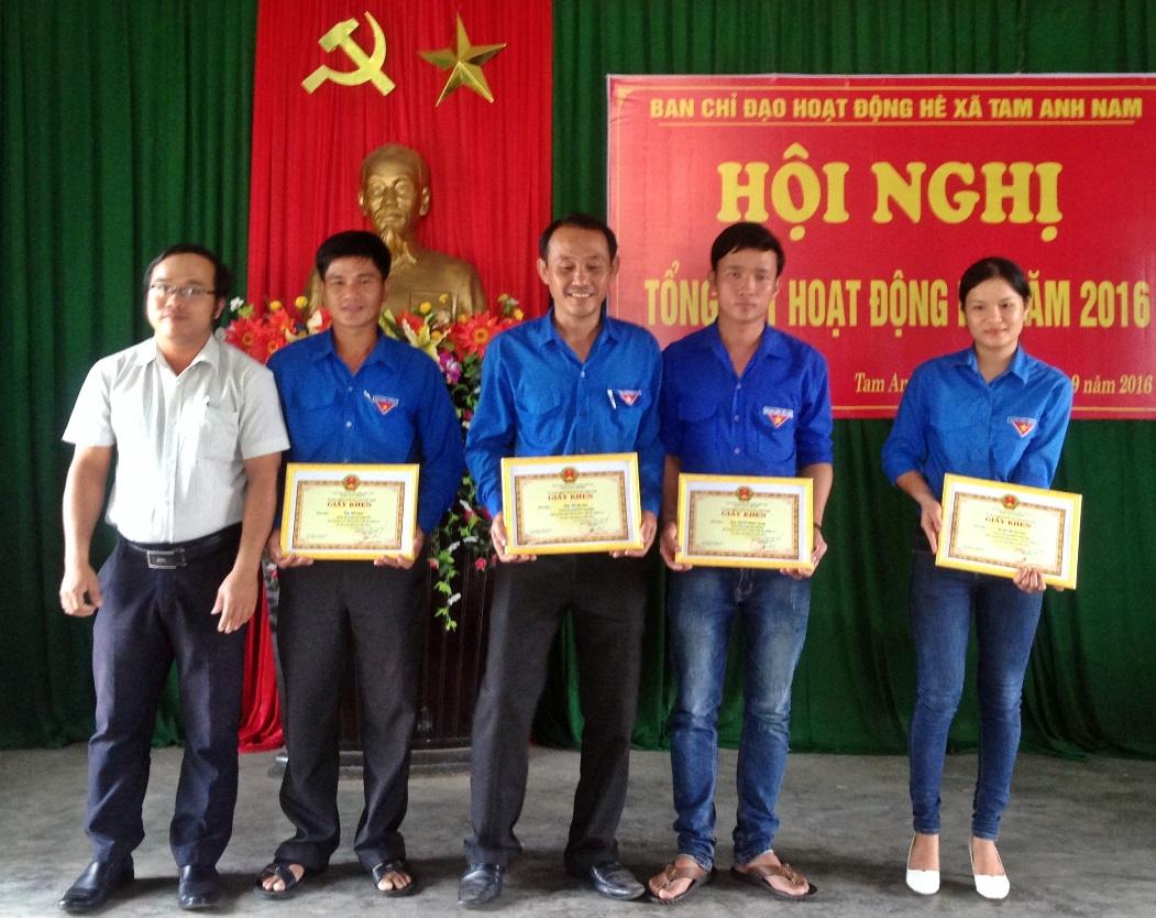 anh Sơn (ở giữa) nhận giấy khen trong họat động hè tại địa phương.