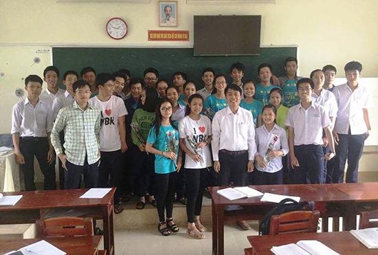 Văn Phú Quốc (giữa, hàng đầu) hiện là giáo viên chuyên Toán Trường THPT chuyên Nguyễn Bỉnh Khiêm.