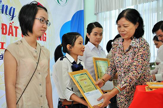 Chủ tịch Hội Khuyến học tỉnh Phạm Thị Minh Chiến trao thưởng Quỹ ươm mầm tài năng đất Quảng cho các sinh viên.