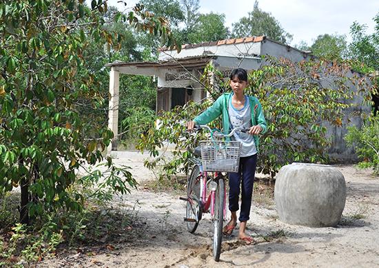 Đường đến trường của cô học trò Phạm Thị Sâm còn lắm gian nan. Ảnh: A.L