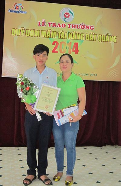 Đoàn Nguyễn Thành Lương và mẹ tại lần nhận giải thưởng Quỹ ươm mầm tài năng đất Quảng năm 2014. Ảnh: C.N