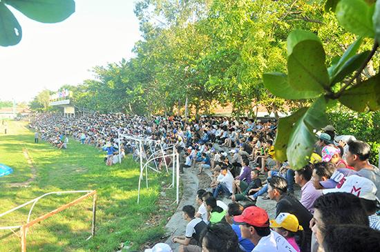Khán giả tại giải bóng đá tỉnh diễn ra trên sân Hội An.Ảnh: A.SẮC