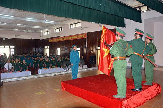 Học viên tuyên thệ dưới Quân kỳ Quyết thắng.
