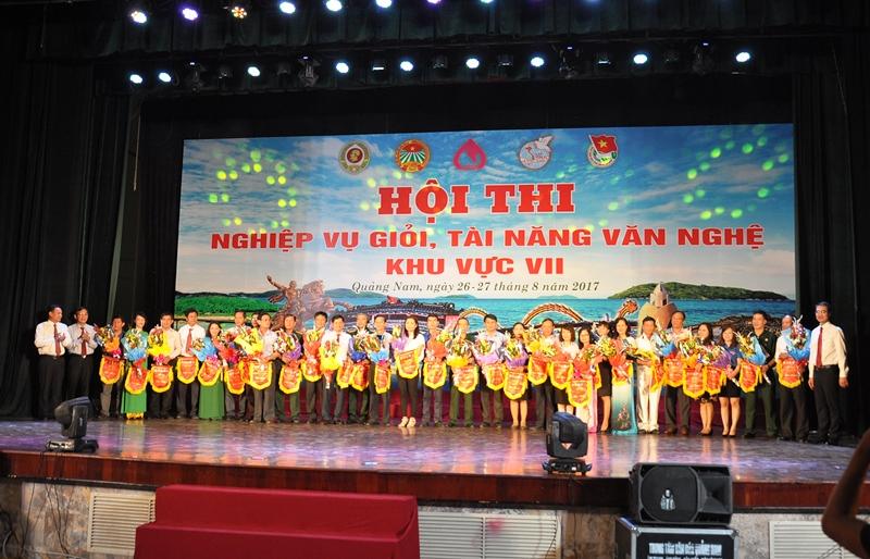 Lãnh đạo tỉnh và Ngân hàng CSXH Việt Nam tặng hoa, cờ lưu niệm cho các đội thi. Ảnh: VINH ANH