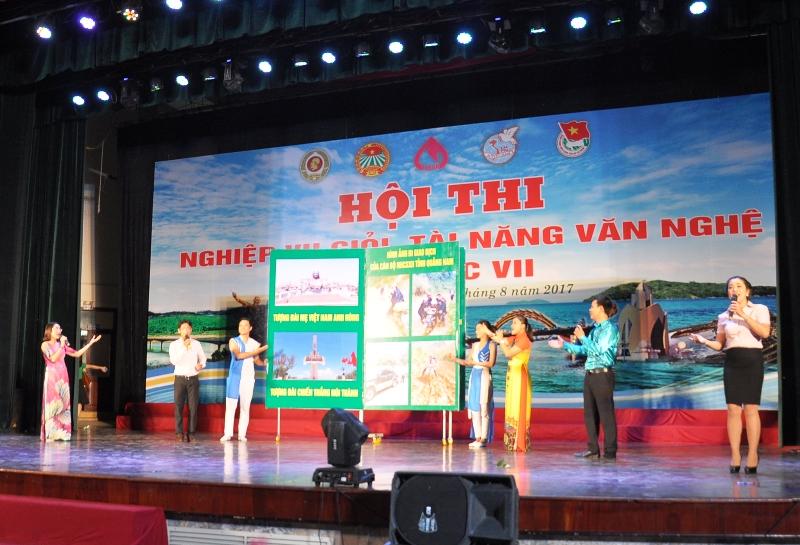Đội Quảng Nam với phần thi Giới thiệu đội thi. Ảnh: VINH ANH