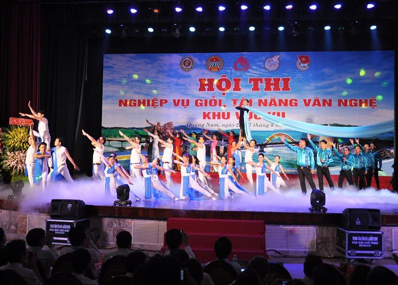 Một tiết mục hát, múa được dàn dựng khá công phu của đội Quảng Nam. Ảnh: VINH ANH