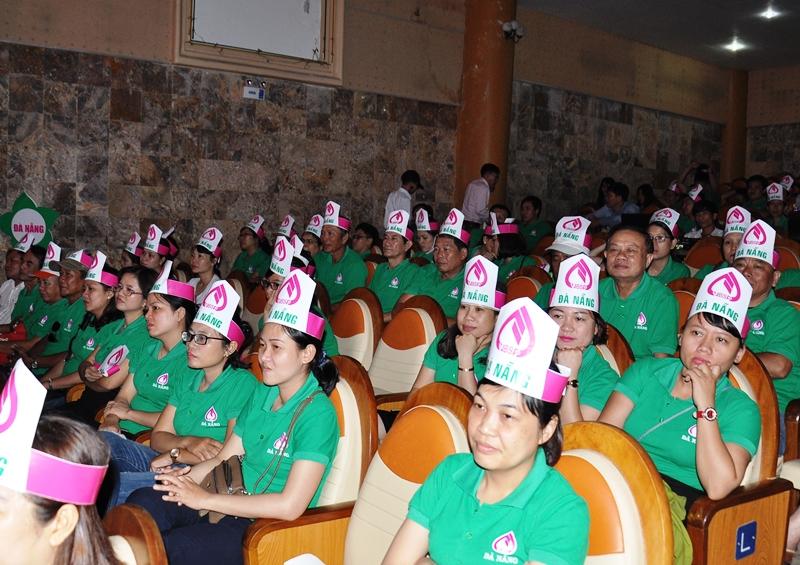 Đội thi TP.Đà Nẵng chăm chú theo dõi  và cỗ vũ cho phần thi của đội thi Quảng Nam.Ảnh: VINH ANH