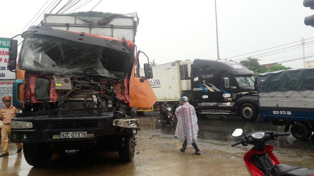 Phần đầu xe tải bị hư hỏng nặng sau vụ va chạm liên hoàn. Ảnh: L.V