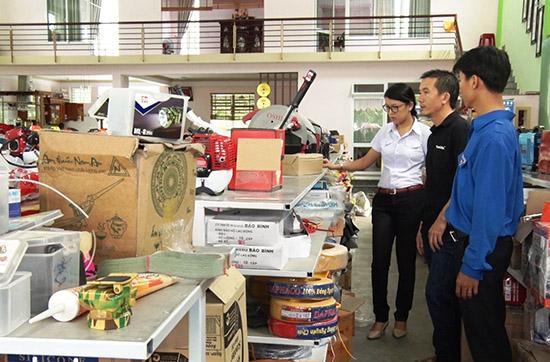 Bí thư Huyện đoàn Phú Ninh Bùi Thị Kim Hoàng (áo trắng) thăm một mô hình kinh tế của thanh niên. Ảnh: V.A