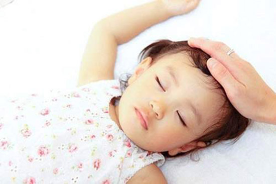 Thời tiết giao mùa khiến trẻ hay bị ốm. Ảnh: Internet