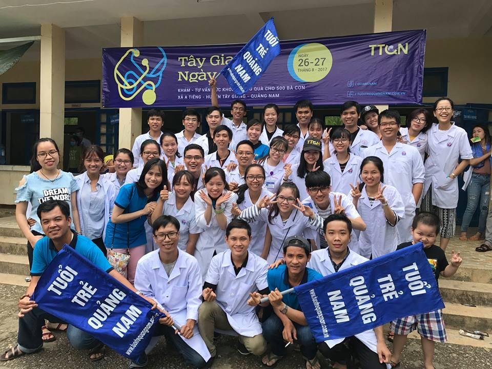 Đoàn tình nguyện gồm các bác sĩ và hàng chục sinh viên y dược đang học tại TP. Hồ Chí Minh, Huế. Ảnh: Tuổi trẻ Quảng Nam cung cấp