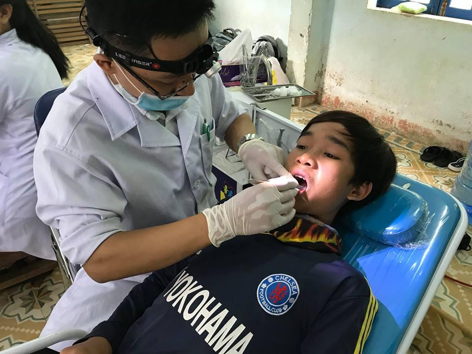 Khám bệnh miễn phí cho đồng bào vùng cao Tây Giang. Ảnh: Tuổi trẻ Quảng Nam cung cấp