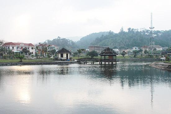 Một góc trung tâm huyện Tây Giang với quán cà phê Thủy Tạ yên bình lúc hoàng hôn. Ảnh: BRIU QUÂN
