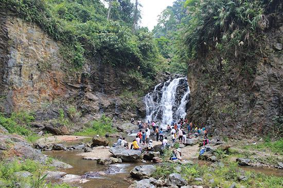 Tây Giang sở hữu nhiều thác nước tự nhiên rất đẹp, thu hút khách đến chiêm ngưỡng và tắm mát. Trong ảnh: thác R'cung tại xã Bhalêê, Tây Giang.