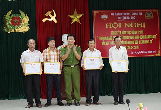 """Khen thưởng đơn vị, cá nhân có thành tích xuất sắc trong phong trào """"Toàn dân bảo vệ an ninh Tổ quốc"""". Ảnh: H.L"""