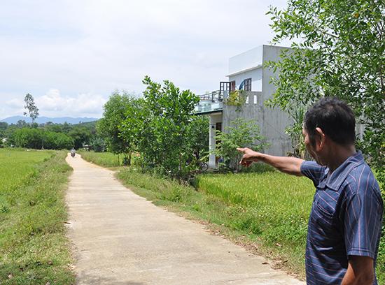 Ông Nguyễn Quýt - trú thôn Nhì Tây (xã Bình Lâm, Hiệp Đức) bày tỏ đồng tình với kết quả xử lý cán bộ xã có sai phạm trong việc làm đường giao thông nông thôn. Ảnh: HÀN GIANG