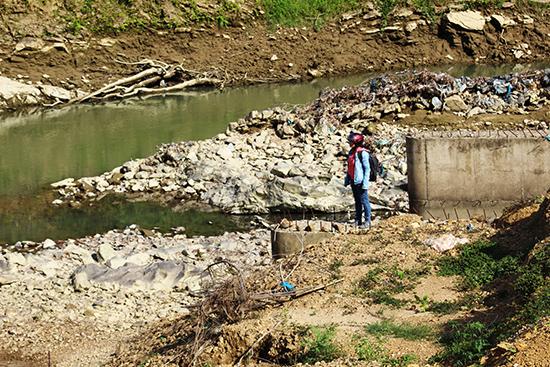 Cầu sông Trường thi công ì ạch suốt 3 năm vẫn chưa xong trong nỗi mong ngóng của người dân vùng bị ảnh hưởng. Ảnh: HOÀNG LIÊN