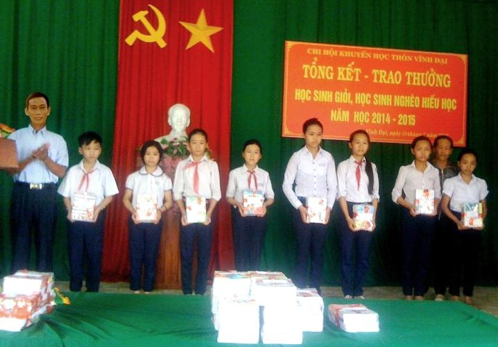 Hằng năm Hội CGC xã Tam Hiệp thường phối hợp với các hội, chi hội khuyến học tại địa phương trao hàng trăm suất quà cho học sinh có hoàn cảnh khó khăn. Ảnh: CTV
