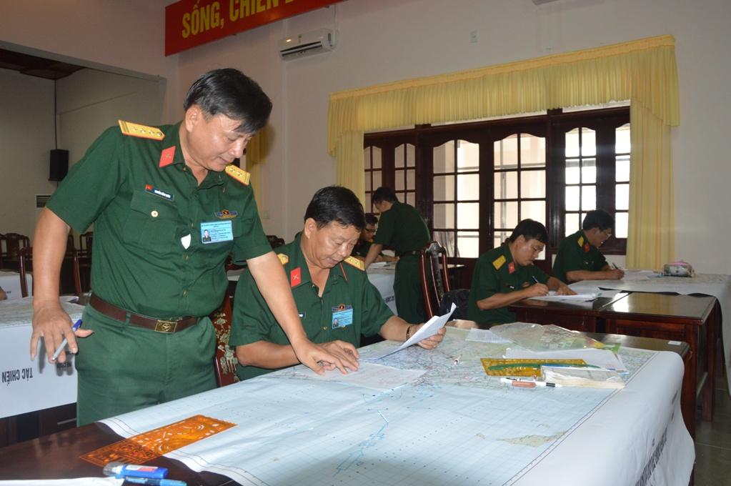 Các thí sinh thực hành nội dung thi soạn thảo quyết tâm tác chiến phòng thủ.
