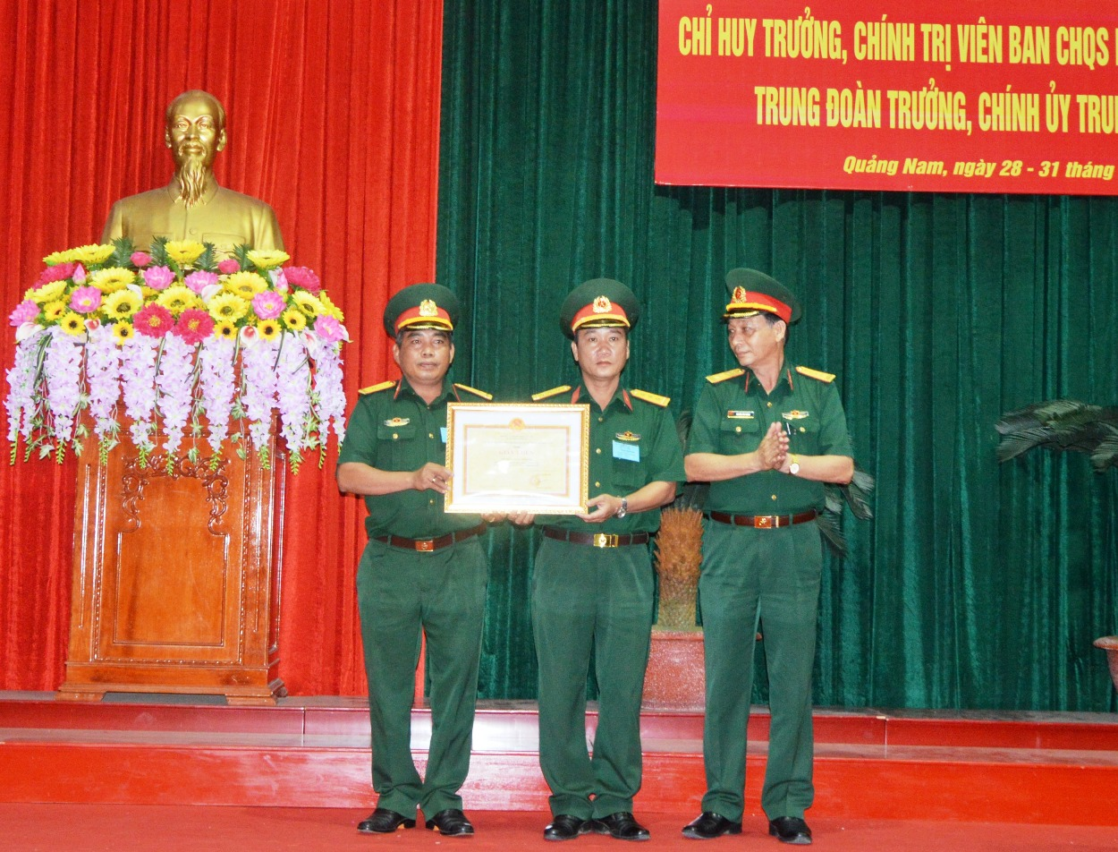 Đại tá Nguyễn Tấn Thành, Chính ủy Bộ CHQS tỉnh trao giải toàn đoàn cho Trung đoàn bộ binh 885.
