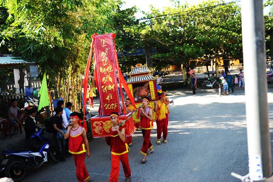 Đoàn rước tổ nghề về miếu thờ Nam Diêu