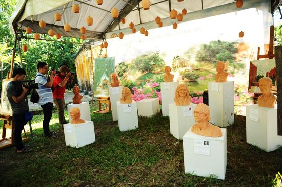 Dịp này làng trưng bày những sản phảm gốm truyền thống của làng và các phù điêu của nghẹ sĩ và những nghệ nghân lão làng ở Nam Diêu.