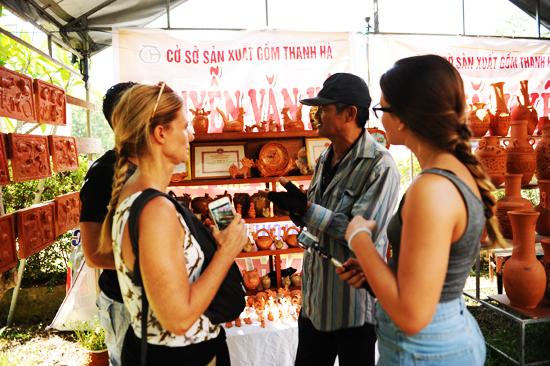 Lễ giỗ tổ cuốn hút du khách đến xem và tìm hiểu nét văn hóa của nghề gốm.