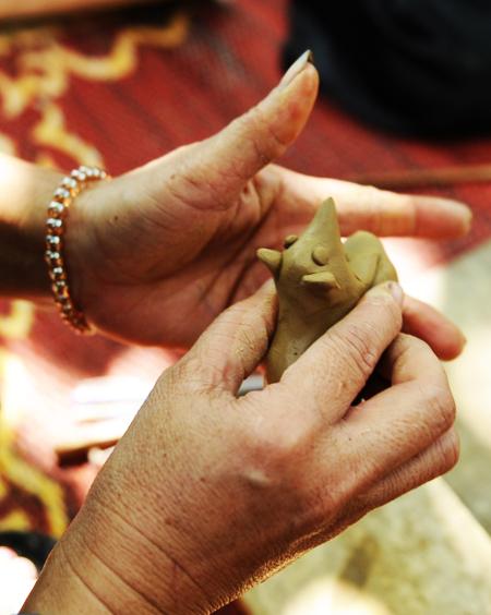 Những bàn tay điêu luyện của các nghệ nhân tạo ra những sản phẩm độc đáo.