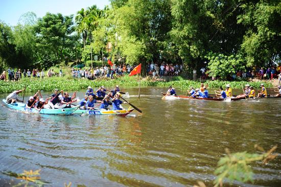 Đua thuyền ngan, một lễ mang tính chất nói về người làng gốm sống và gắn với sông nước Thu Bồn mấy trăm năm nay.