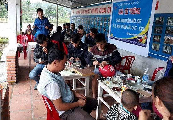"""Chi đoàn thôn Đại An (xã Tam Đại, Phú Ninh) duy trì mô hình """"Cà phê sách"""" để gây quỹ giúp đỡ học sinh nghèo hiếu học của thôn."""