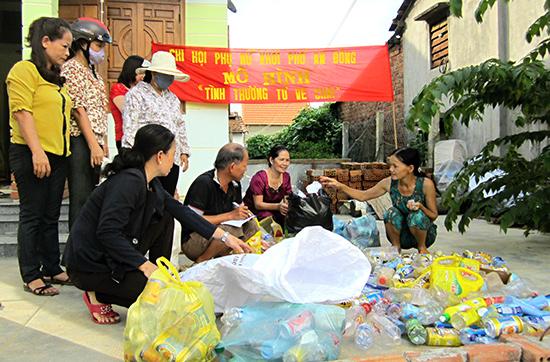 """Chi hội phụ nữ An Đông (thị trấn Tân An, Hiệp Đức) thực hiện hiệu quả mô hình """"Tình thương ve chai""""."""