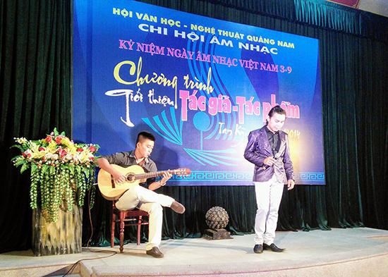 """Bất luận thế nào thì """"địa phương ca"""" vẫn có một đời sống và số phận riêng đáng trân trọng. Trong ảnh: Một buổi giới thiệu tác phẩm mới của Chi hội Âm nhạc Quảng Nam."""