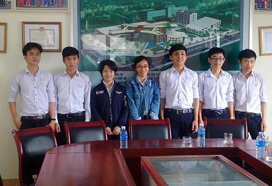 Bảy học sinh Trường THPT chuyên Nguyễn Bỉnh Khiêm nhận học bổng toàn phần du học tại Nga. Ảnh: LÊ QUÂN