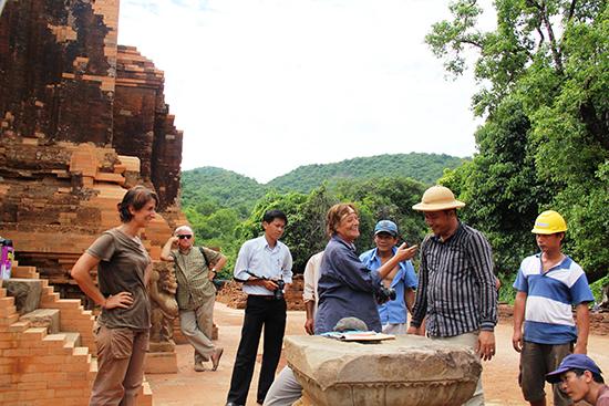 Những người bạn Ý tham gia công tác phục dựng bảo tồn các cụm tháp Chăm tại Mỹ Sơn.