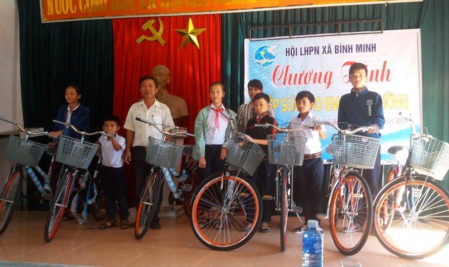 Trao 7 xe đạp cho học sinh khó khăn xã Bình Minh. Ảnh: GIANG BIÊN