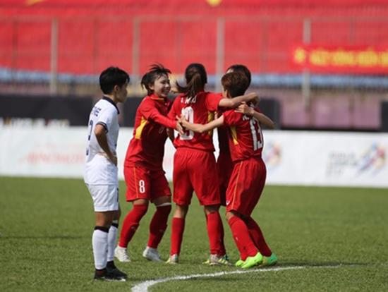 Niềm vui đoạt ngôi hậu của các cầu thủ đội bóng đá nữ Việt Nam. Ảnh: Vietnamnet