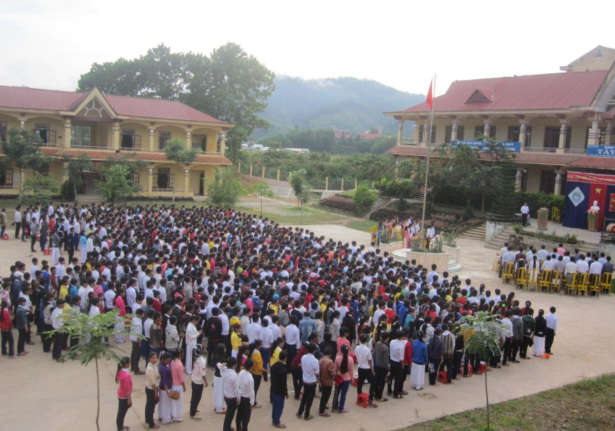 Ảnh: các em học sinh trường THPT Tây Giang tập trung chuẩn bị bước vào năm học mới 2017-2018