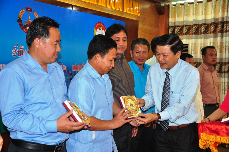 Vice Chairman of the Quang Nam VFF Committee Le Thai Binh gives souvenirs to the members of the Lao delegation