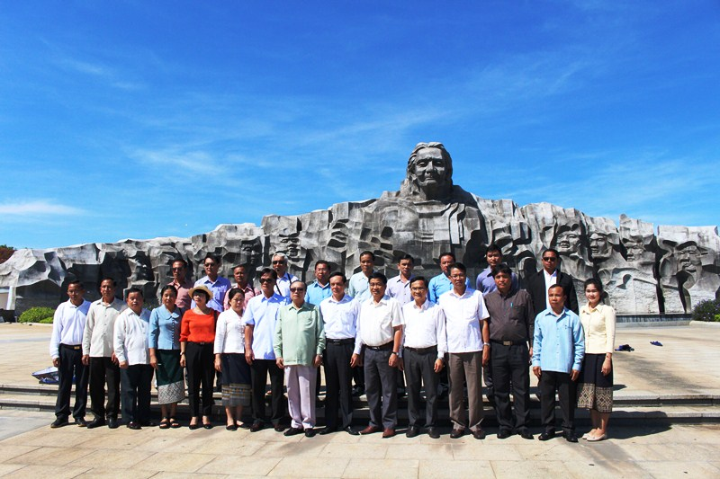 The Lao delegation at the Vietnamese Heroic Mother Statue