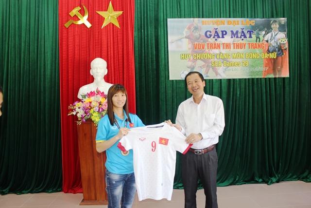 VĐV Thùy Trang trao tặng chiếc áo mang số 9 tại môn bóng đá nữ tại Sea Games 29 năm 2017. Ảnh: HOÀNG LIÊN