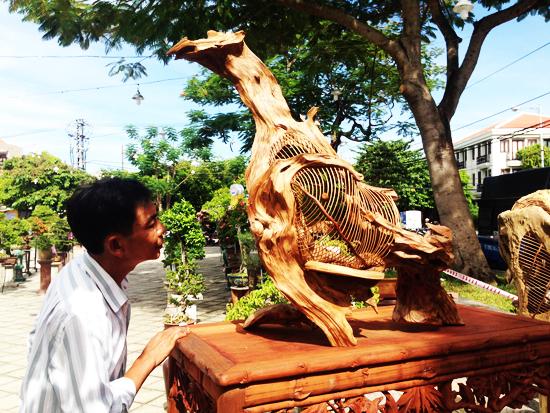 Từ gỗ lủa đã chết, với sự sáng tạo, nghệ nhân Huỳnh Sướng đã thổi hồn trở thành tác phẩm lông chim độc đáo và chứa đựng sự sống. Ảnh: MINH HẢI